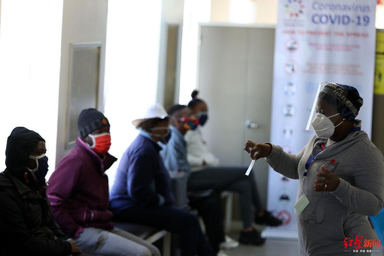 ▲6月下旬,南非索委托的一家医院中等待接受新冠病毒疫苗测试的志愿者(图据《华尔街日报》)