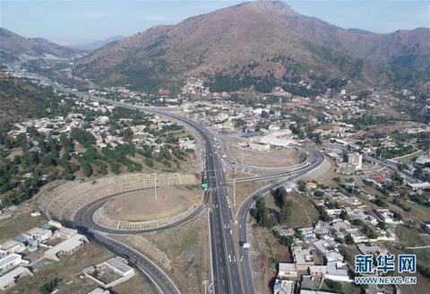 2019年11月18日,中巴经济走廊项目喀喇昆仑公路二期工程赫韦利扬至曼塞赫拉高速公路段建成通车。(图源:新华网)