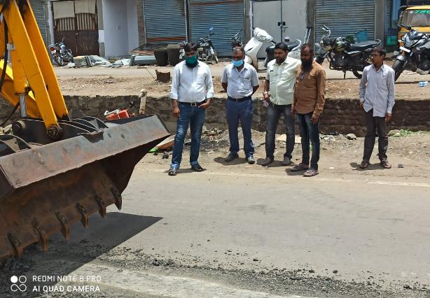 印度古尔伯加市路面整修的画面,由小米手机拍摄 来源:印度社民党古尔伯加办公室推特账号