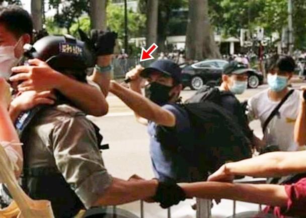 """嫌犯用利器插向警察。图源:香港""""东网"""""""