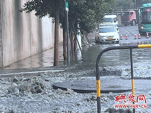 大雨突降郑州,马路瞬间被淹 巡防、环卫污水中徒手清理下水口堵塞物