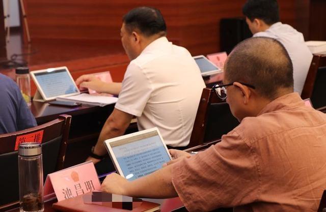 路桥区人大常委会启用会议无纸化阅文系统