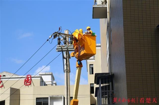 雷电击毁避雷器,为不停电维修人员带电更换