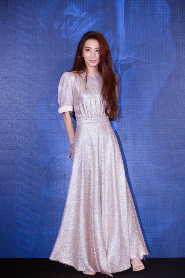 36岁Hebe出席活动,穿金色礼服裙仿佛公主降临,造型惊艳太吸睛