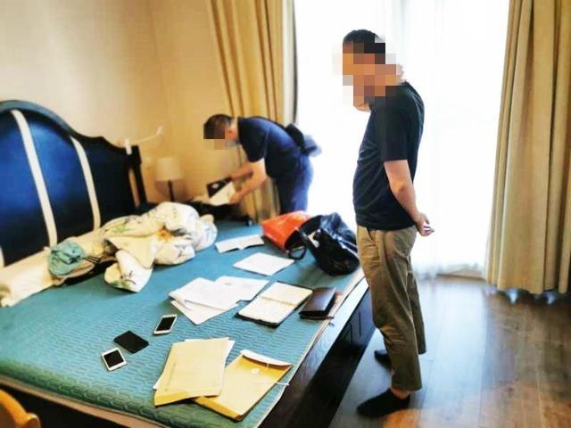 侵入手机盗窃网络虚拟货币!7人被刑拘,现场缴获现金400万