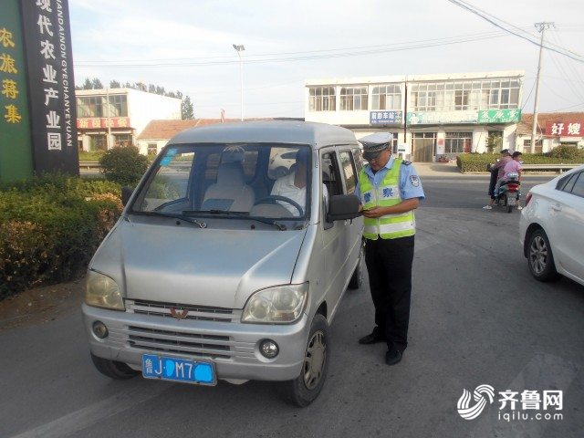 泰安宁阳一接送学生面包车被交警查获 司机无证酒驾、开的还是报废车