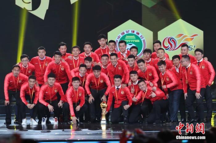 资料图:2019年12月7日晚,中超联赛年度颁奖典礼在上海举行,广州恒大淘宝队获得中超冠军奖。张亨伟 摄