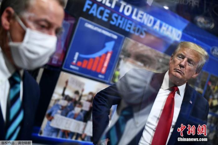 资料图:当地时间5月21日,美国总统特朗普在密歇根州福特工厂视察时,被媒体拍到未佩戴口罩。