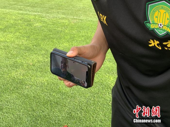 在此前的北京国安公开训练课中,身在国外的主帅热内西奥通过视频通话方式接受媒体采访。卞立群 摄