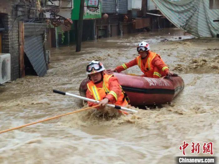 图为6月22日,桐梓县蒙受严峻暴雨洪涝灾难 ,救火员大水中睁开营救。遵义消防救济支队供图