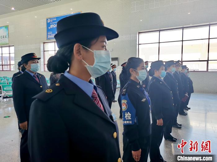 """青藏铁路拉萨车务段迎暑运首日 旅客""""变身""""体验乘务工作"""