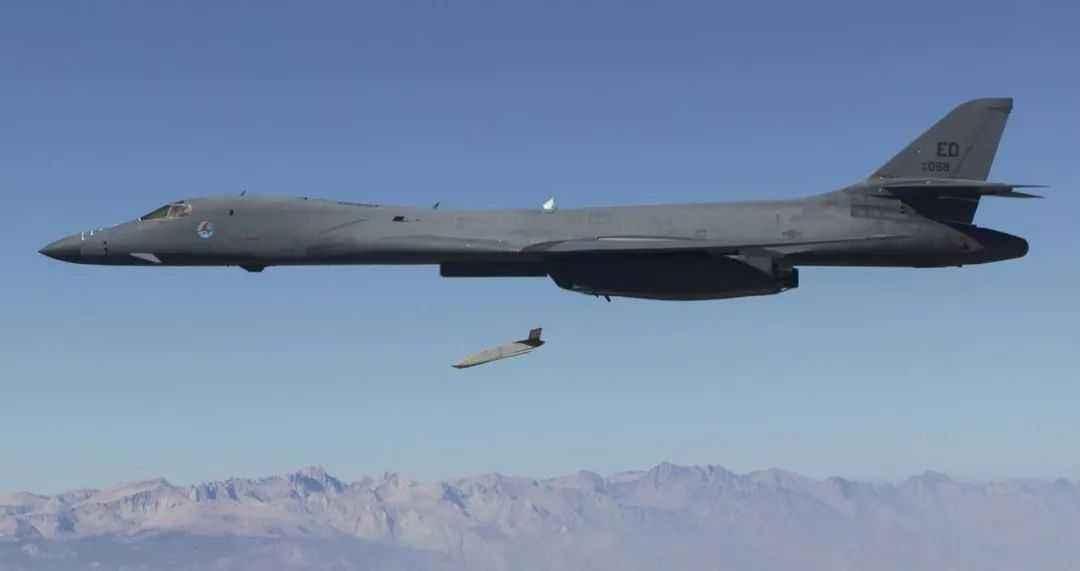 澳大利亚还计划购买AGM-158C和LRASM等先进远程巡航导弹,但这些导弹带来了很高的政治成本