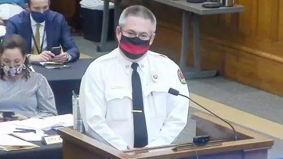6月30日,塔斯卡卢萨市消防队长兰迪·史密斯在市议会提出担忧。图源:ABC