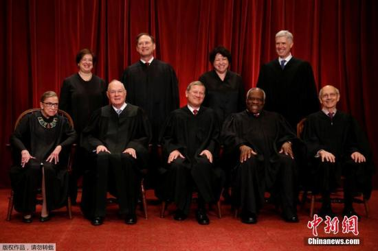 当地时间2017年6月1日,美国华盛顿,美国最高法院法官合影。照片前排左一为大法官鲁斯·巴德·金斯伯格。