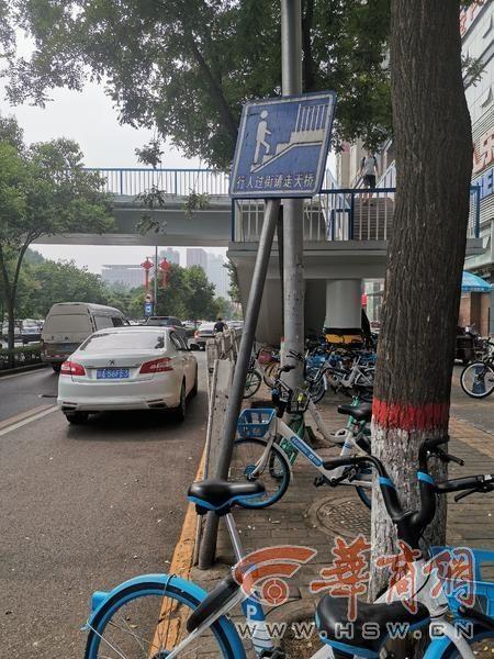 护栏断裂、提示牌倾斜 西安南二环陕西科技大学人行天桥下太危险