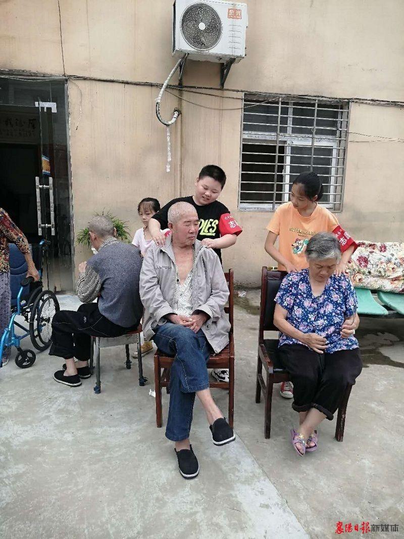 柿铺西社区:小志愿者为老年群体送温暖
