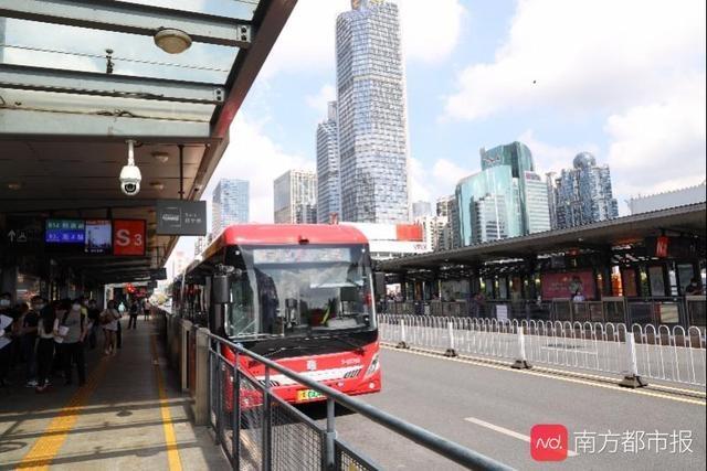广州18米纯电动公交在BRT投入运营 部分座椅有USB接口