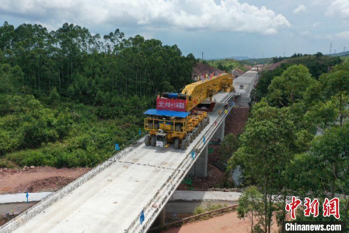 图为正在建设中的防东铁路 叶帅 摄
