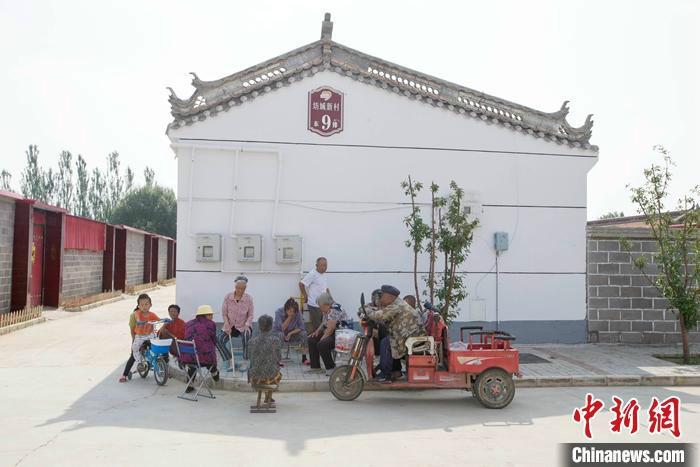 图为7月中旬,山西省大同市云州区坊城新村,村民在闲聊休息。 中新社记者 张云 摄