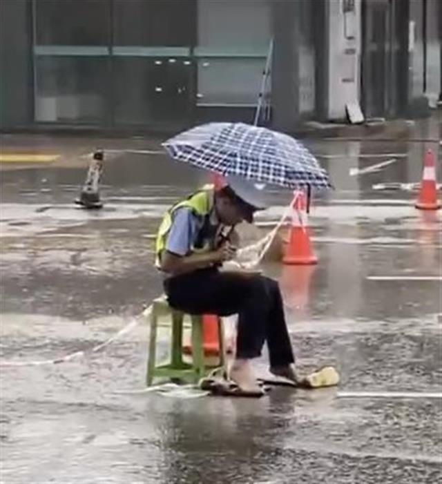 """雨中坚守执勤岗恩施交警""""盒饭哥""""获奖"""