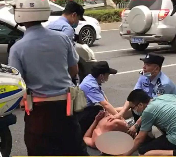 """广州惊现裸男当街猥亵陌生女性,还叫嚣""""这是我老婆!"""""""