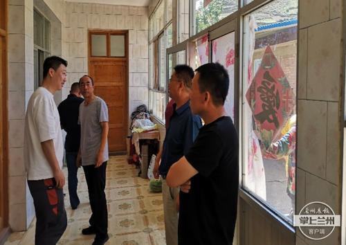 七里河区11家煤炭经营户自发捐款为贫困户粉刷房屋