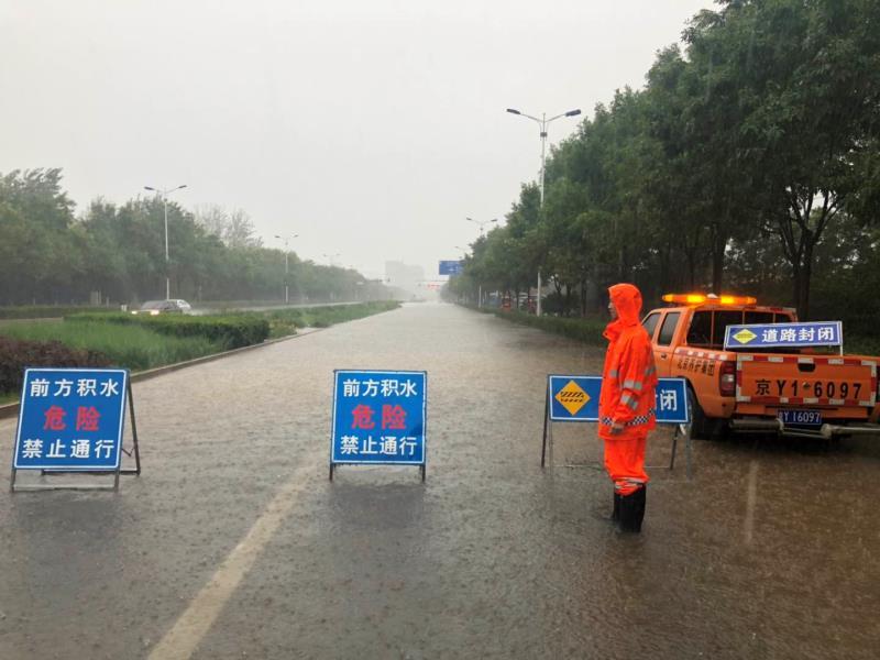 市政路桥养护集团的工作人员在积水路段值守。市政路桥养护集团供图