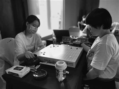 尹渠(左)在比赛中