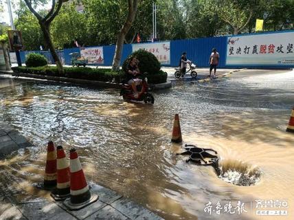 部分小区停水,聊城城区一施工路段坍塌砸坏供水管道