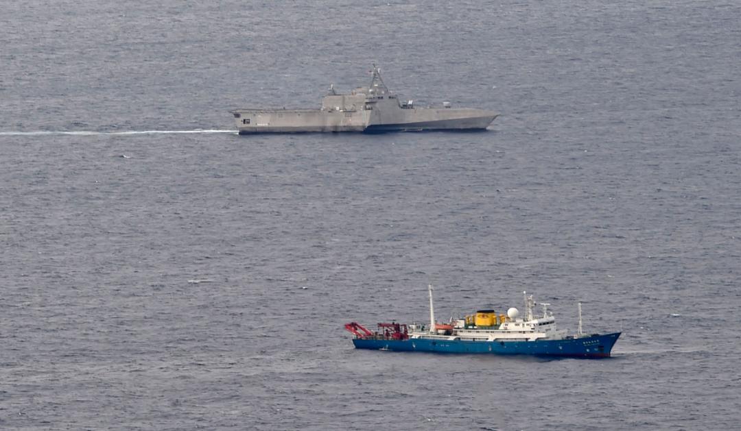 美舰南海抵近中国科考船 之后这个身影出现就放心了图片