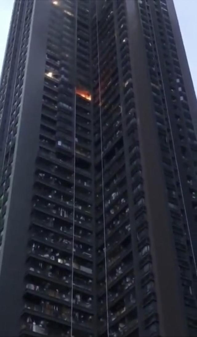 深圳一回迁房公寓楼31层阳台起火,未造成人员伤亡
