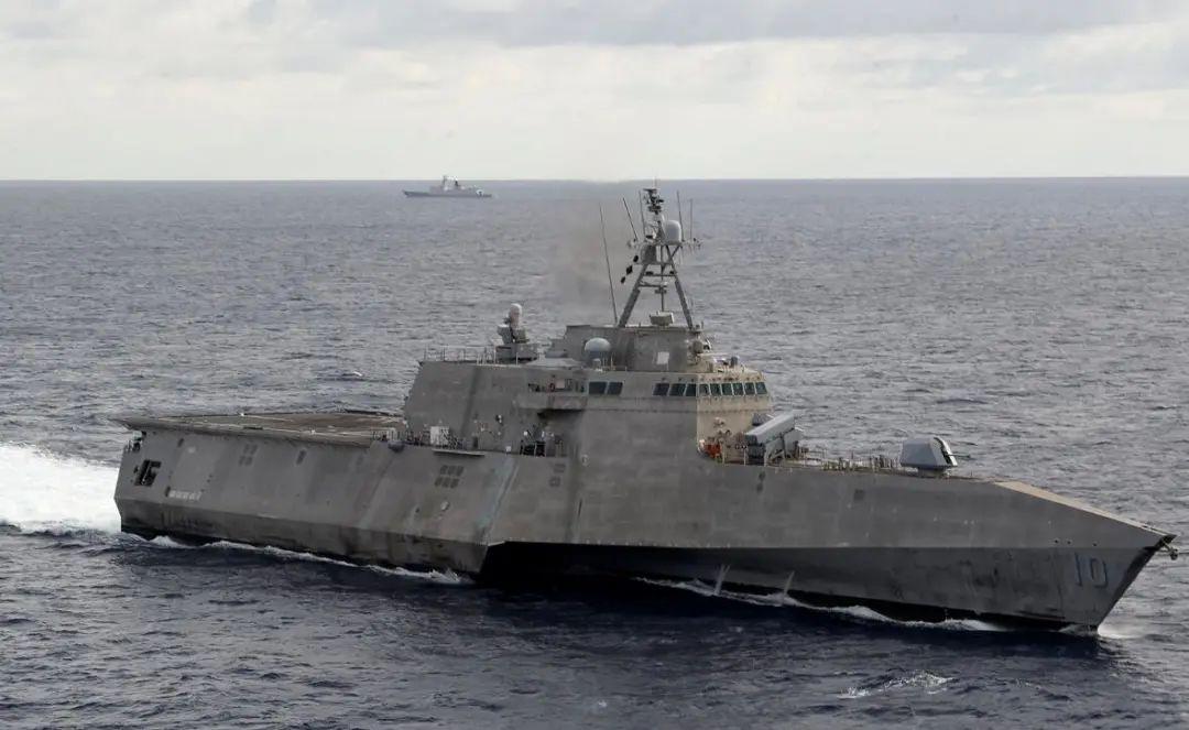"""""""吉福兹""""号濒海战斗舰背后出现中国水师保护舰身影"""
