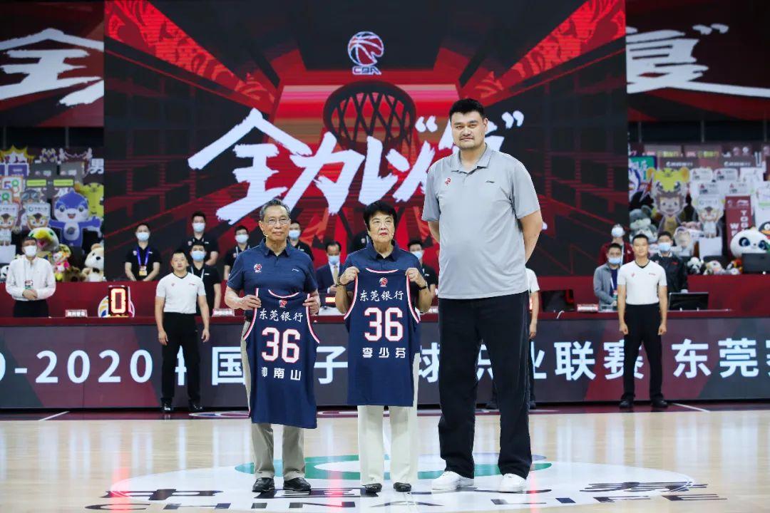 钟南山夫妇获赠球衣。图源:视觉中国