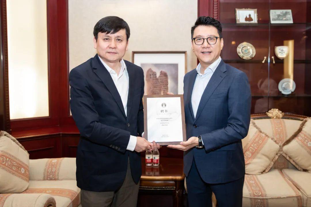 张文宏获颁聘书。图源:东方IC