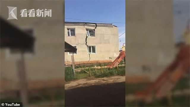 西伯利亚公寓楼裂成两半地面冒水 因高温致冻土层融化