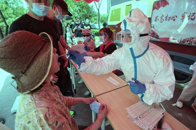 ▲6月16日,北京广外医院医护职员为住民收罗咽拭子,举行核酸检测。新京报记者 王嘉宁/摄