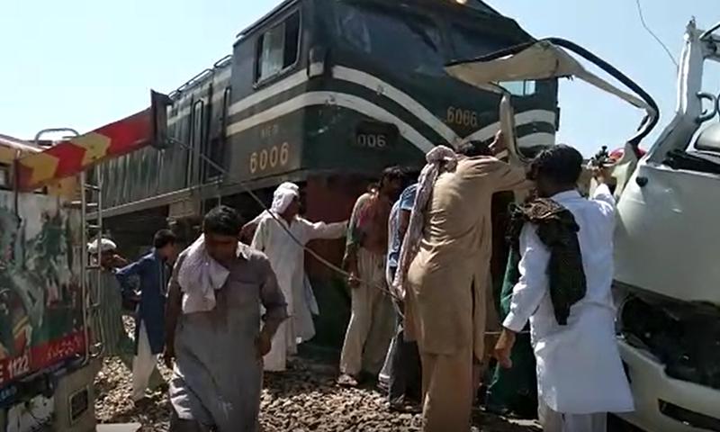巴基斯坦火车与客车相撞事故已致20人死亡