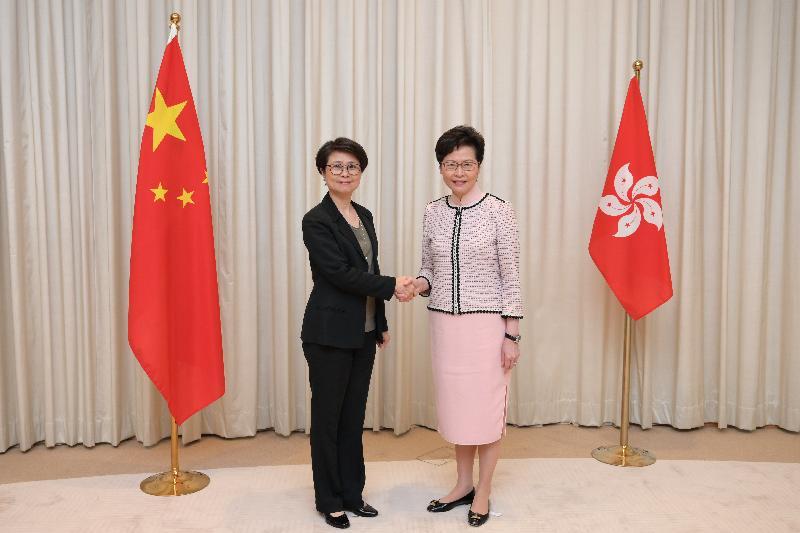 林郑月娥(右)7月3日与刘赐蕙(左)合照。(图片来源:香港特区政府网站)