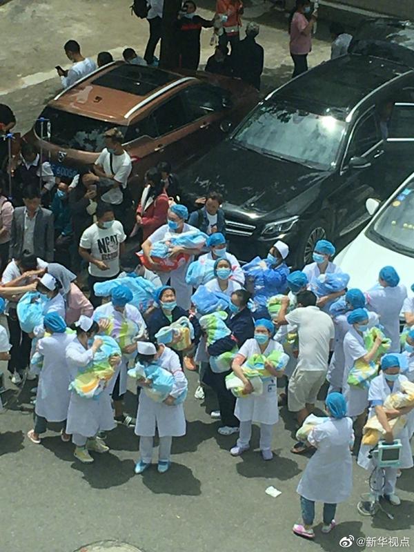 感动!地震来袭,赫章医护人员逆行守护新生儿图片