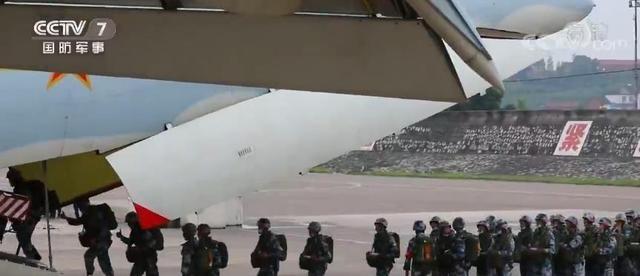 """千余名空降空投骨干进行大型运输机集群跳伞训练 锻造精干、过硬""""兵教头"""