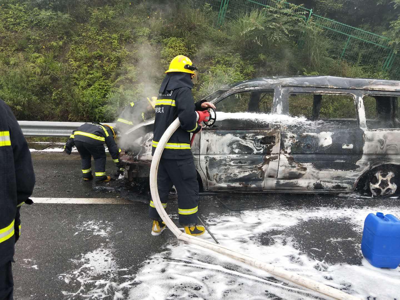 轿车自燃,高速路政联合多部门紧急救援