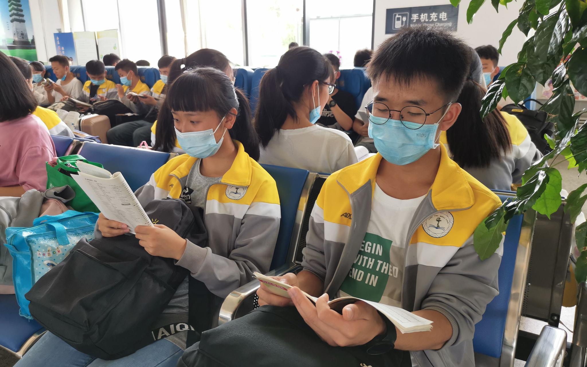 门生们在候车大厅温习看书。通信员 郭婧 摄