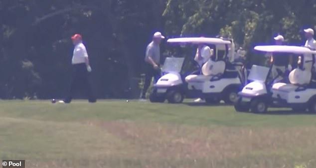 """特朗普不顾内忧外患一周打三次高尔夫,黑粉举""""叛国贼""""标牌迎接"""