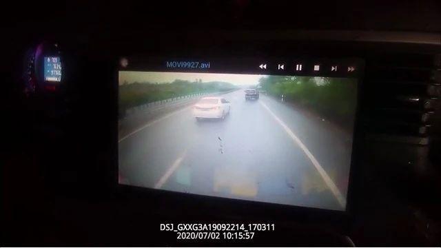 """怕被岳阳交警开罚单,这名司机在高速上做了一个""""奇葩""""举动"""
