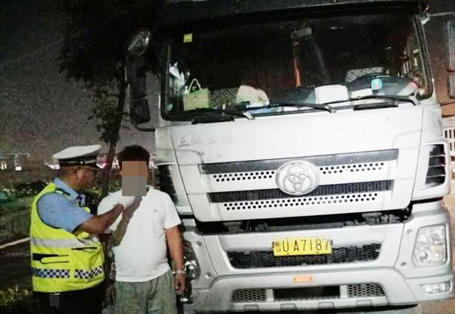 城阳交警开展夏季夜查酒驾行动 一男子饮酒后驾驶营运大货车跑长途被查