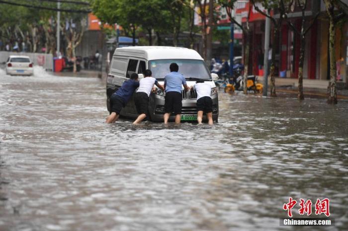 资料图:昆明持续降雨,市区多处发生淹积水。中新社记者 刘冉阳 摄