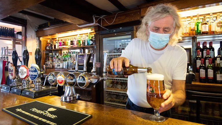 英国:伦敦及多地的病毒传播率再升高 酒吧重开后顾客需实名登记