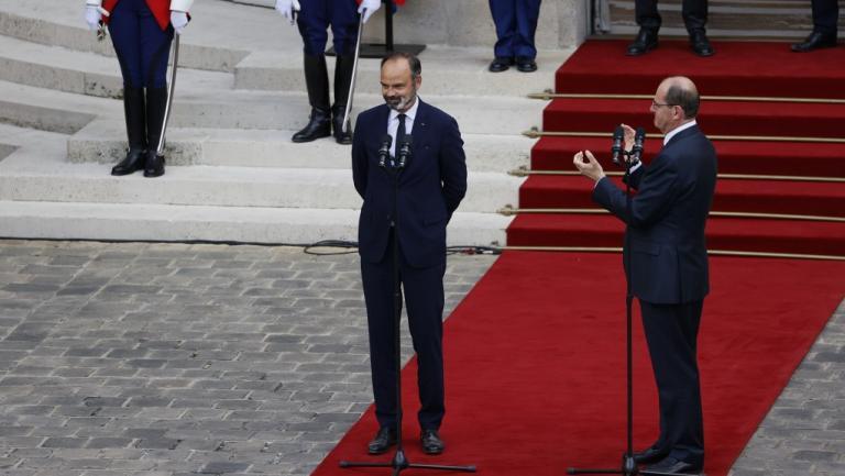 法国政府进行权力交接 新总理:自己将面临艰巨的任务