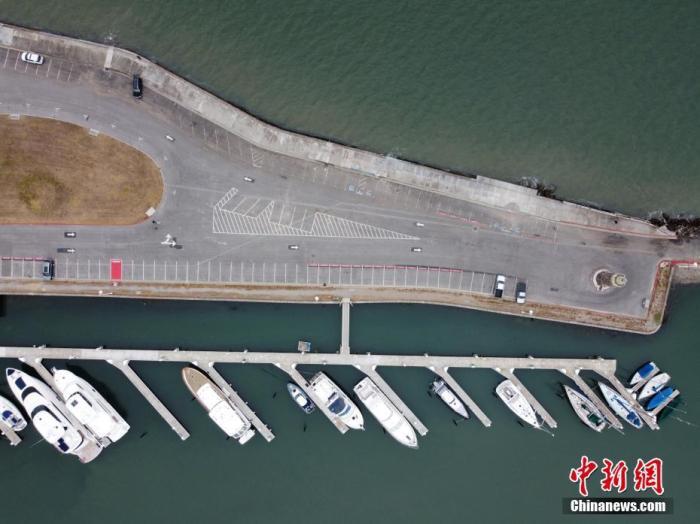 当地时间7月3日,美国旧金山一处海滩旁的停车场向普通民众关闭,仅允许授权车辆进入。 中新社记者 刘关关 摄