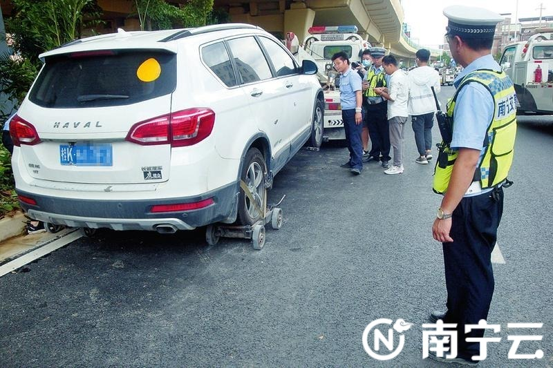 南宁交警大力整治乱停车 在陈东村立交桥底查处、拖移违停机动车59辆